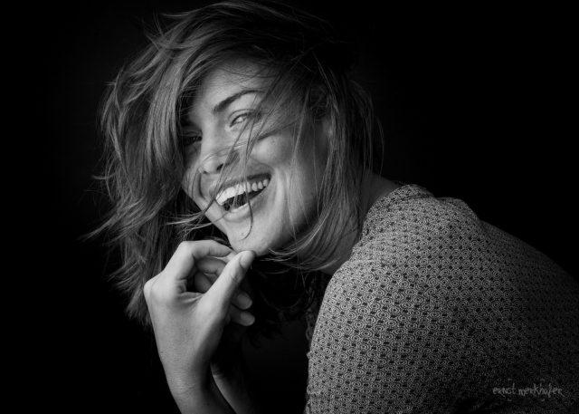 Portrait einer sehr schönen lachenden Frau, Portraits, Studio, one light, Ernst Merkhofer, Fotograf, Portraitfotograf