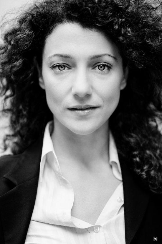 Portrait, junge Frau, Schwarz-Weiß, frontal, offener Blick, Augen, Haare, Fotograf, Ernst Merkhofer,