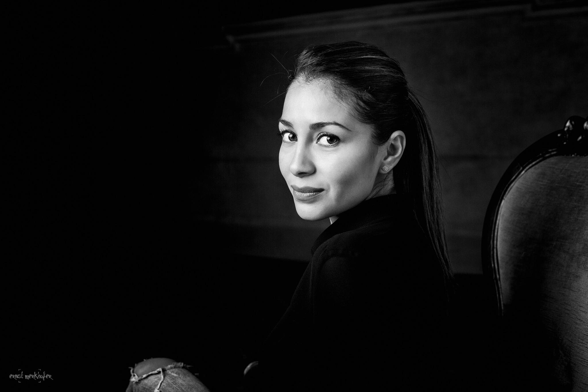 Portrait einer jungen Frau schwarz-weiß Ernst Merkhofer Fotograf, Portraits, Portraitfotograf, Portfolio,