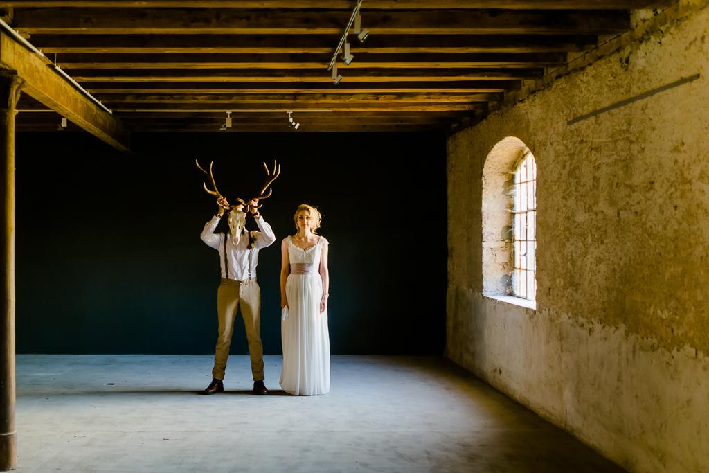 Styled Shoot Brautpaar mit großem Hirschgeweih, Bohème-Vintage,Portraits, Portfolio, Scheune, Atmosphäre
