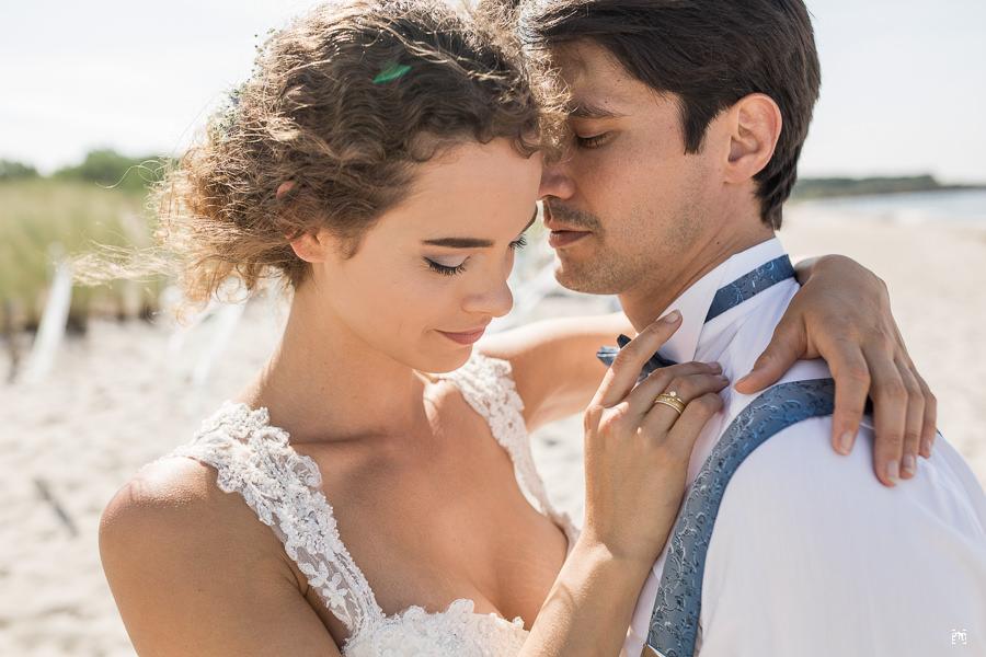 """Braut Portraits und Brautpaar Bilder gehören zu jeder Hochzeit. Viele Brautpaare haben gehörigen Respekt vor diesem Teil des Hochzeitstages. Dabei ist es eigentlich extrem einfach. Braut und Bräutigam sollten vor allem ganz natürlich bleiben und nicht """"posen"""". Jedes Brautpaar erhält bei mir auch ein Probeshoot, um den Respekt vor der Kamera abzulegen. Braut und Bräutigam sollen diesen Moment genießen, sich einfach nur in der Zweisamkeit wohlfühlen, und dürfen sich in diesem Gefühl fallen lassen. Braut und Bräutigam sind über beide Ohren verliebt und werden heute heiraten. Großartig! Besste Vorraussetzungen für einzigartige Momente. Wenn die Scheu abgelegt ist und man den Moment lebt, vergisst man sehr schnell, dass da ja noch ein Fotograf dabei ist. Das Brautpaar wird sich in vertraute Gesten und Nähe verlieren und diese Momente bedürfen keiner Anweisung von mir, das ist natürlich und kommt von innen. Oft bin ich einfach nur stiller Beobachter und Bewahrer dieser Zärtlichkeiten und der Liebe zweier Menschen für die Zukunft. Spass und Spontanität gehört zu allem im Leben auch zur Beziehung zweier Menschen und wenn der Bräutigam die Braut auf Händen tragen will, ja klasse, warum nicht. Ist spontan und wirkt enorm emotional und natürlich. fun, Spass, Freude, Verliebt"""