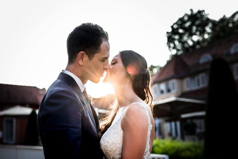Portfolio, jung vermähltes Paar küßt sich vor den letzten Sonnenstrahlen, Abendstimmung, Braut Portraits, Brautpaar, Bilder, Ernst Merkhofer, Fotograf, Hochzeit, Brautpaar Bilder, Brautportraits, Brautstrauss, Hochzeiten, Wedding, Weddings, Love, Exclusive, Sunset, Kiss, Hochzeitsfotos