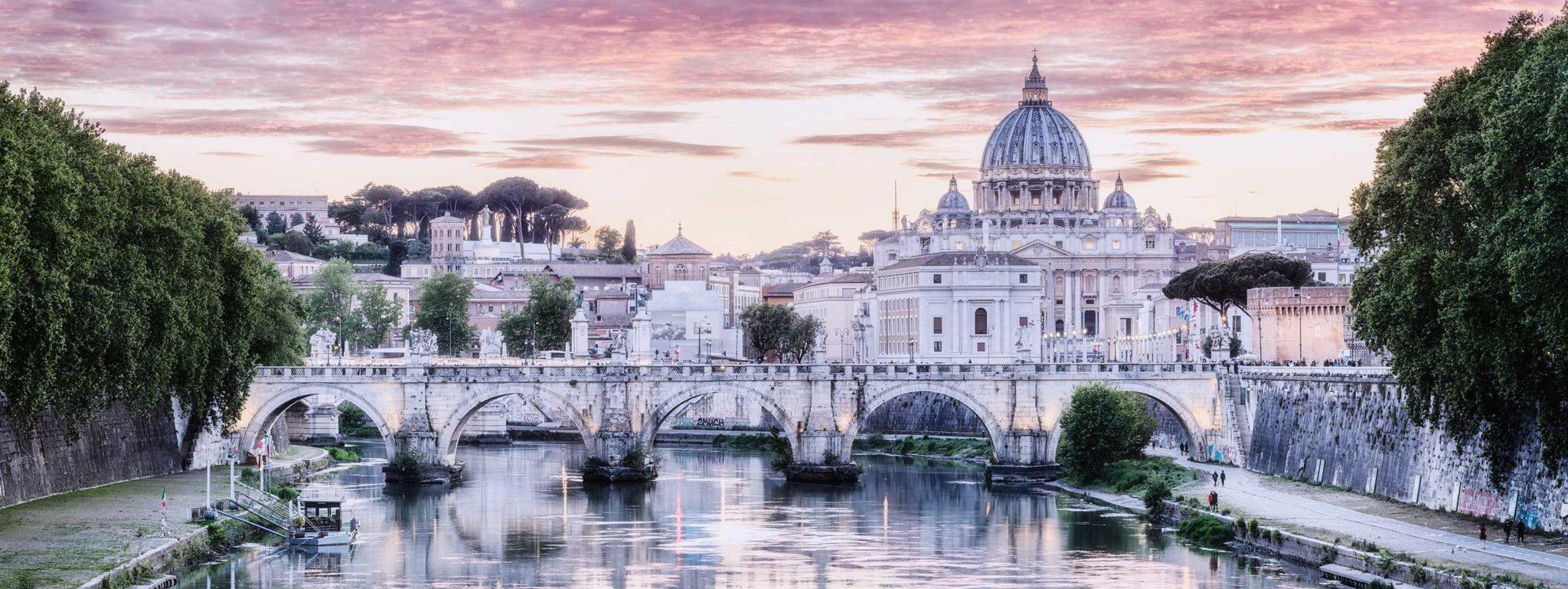 Portfolio , Sunset behind Ponte Sant Angelo and Vatican, Rome April 20019 , Cityscape, ruhige Scene mit dem Fluß Tiber im Vordergrund. Im Hintergrund ist dominant die Kuppel des Petersdom zu erkennen, farbig.