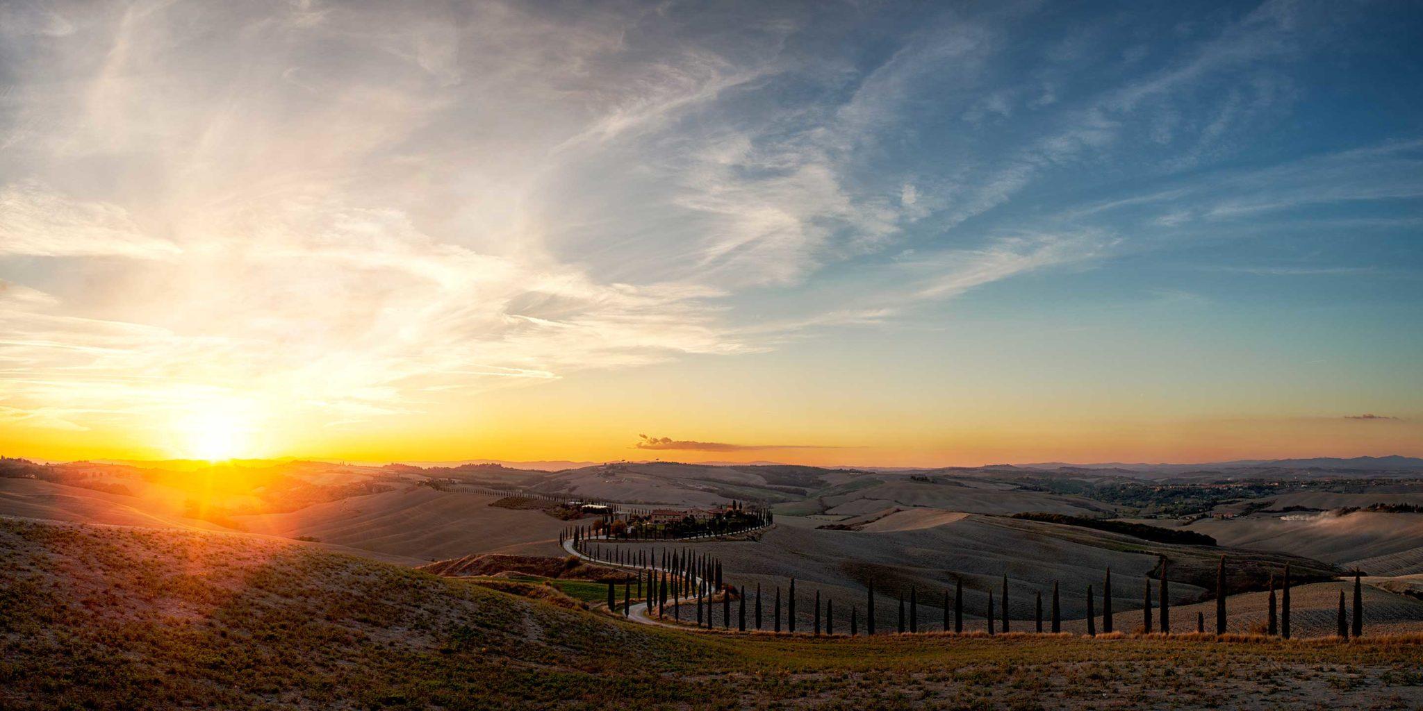Sonnenuntergang in der Toskana, Herbst. Zypressen gesäumte Allee führt den Blick zu einem großen Farmhouse, dramatischer Himmel, grandioser Sonnenuntergang. Ruhige Stimmung. Workshops, Fotografie, Panorama, Photography, Ernst Merkhofer, Fotograf