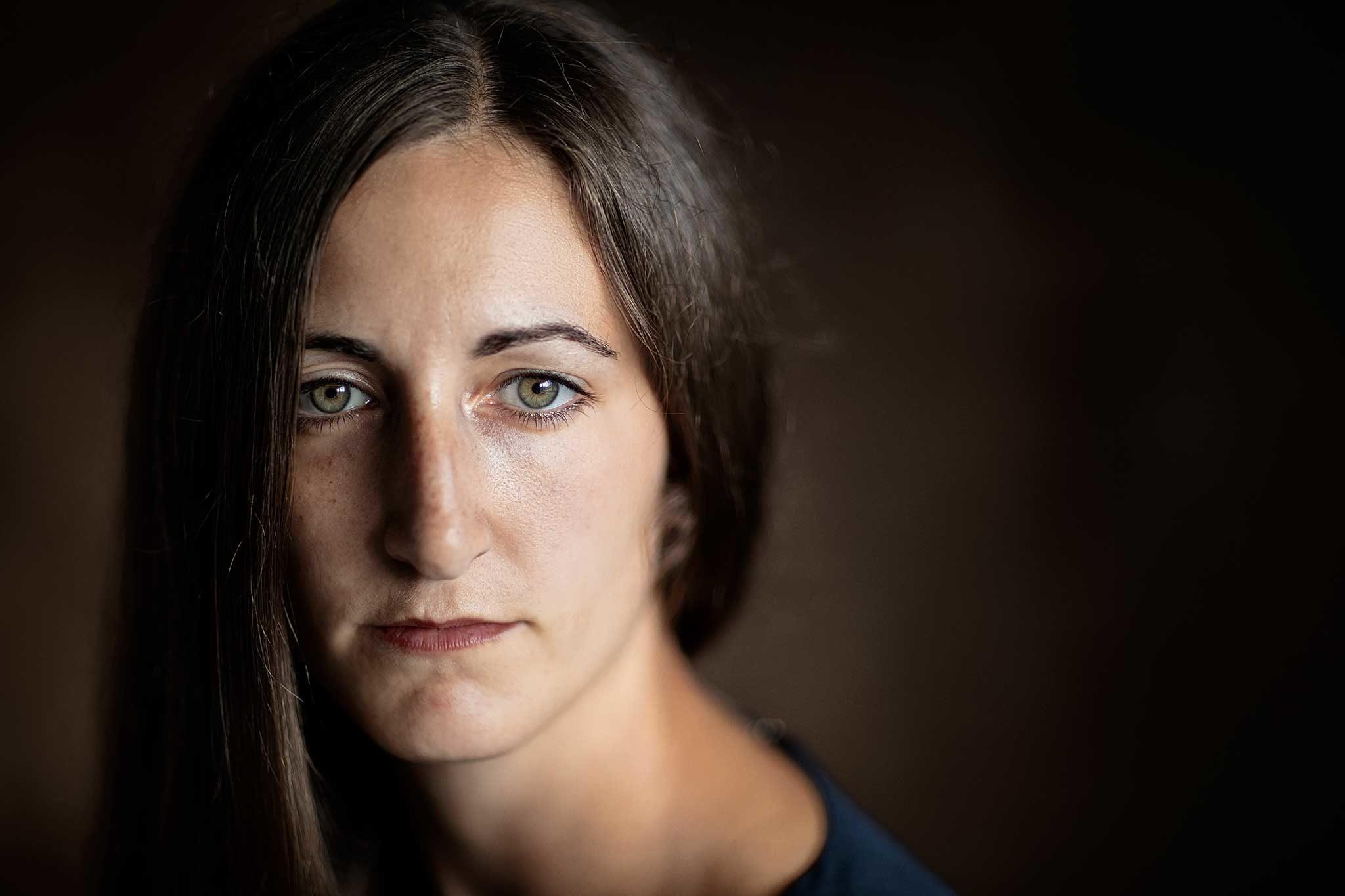 Sutdio Portrait junge Frau, ein Fenster, minimalistisch. Portfolio, Portraits