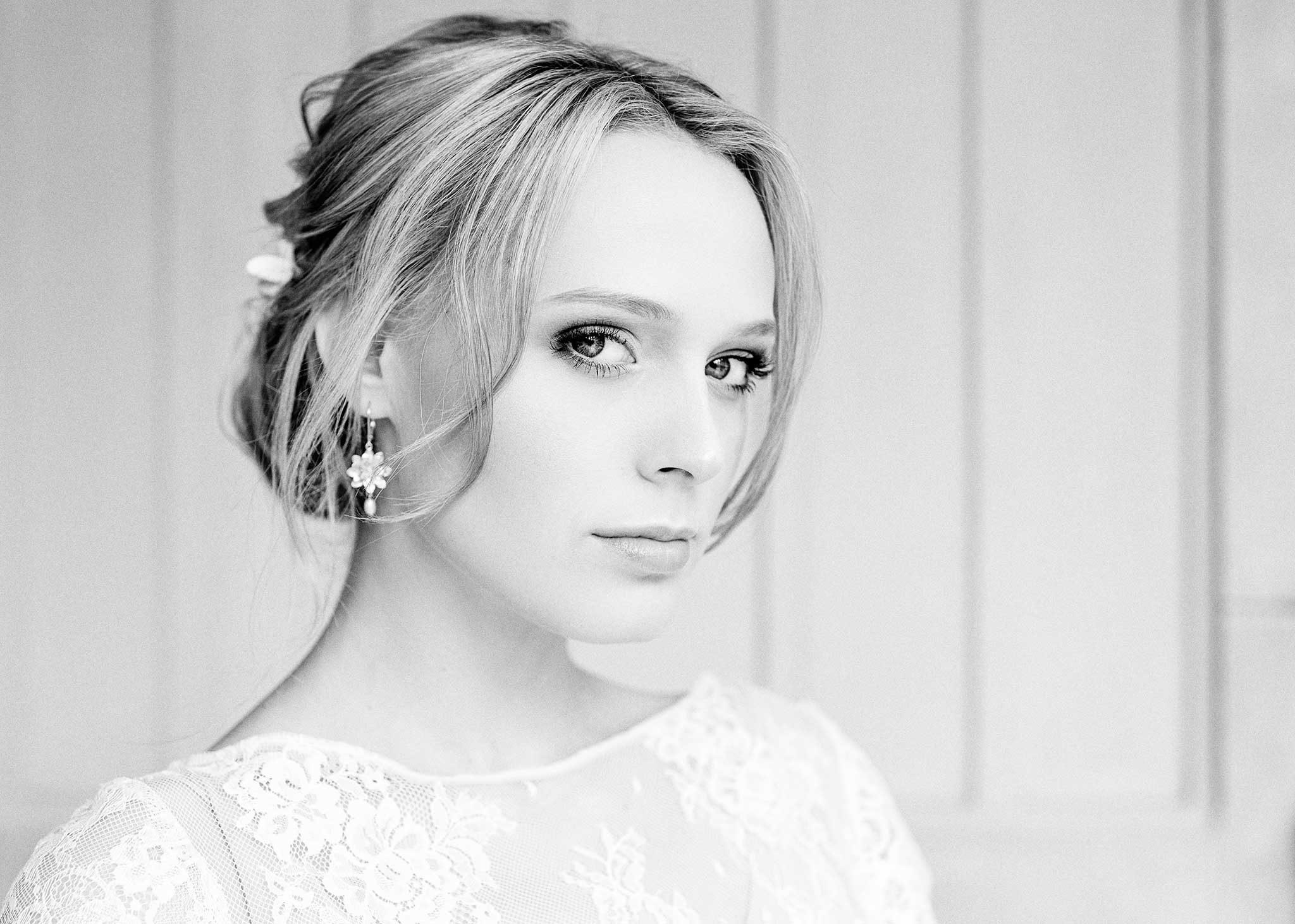 Portrait einer jungen, sehr eleganten Frau. Blick in die Kamera, toller Haarschmuck, Top aus Spitze, Brautstyle, stylisch, schwarz-weiss, bnw, Portraits, Portraitfotograf Ernst Merkhofer