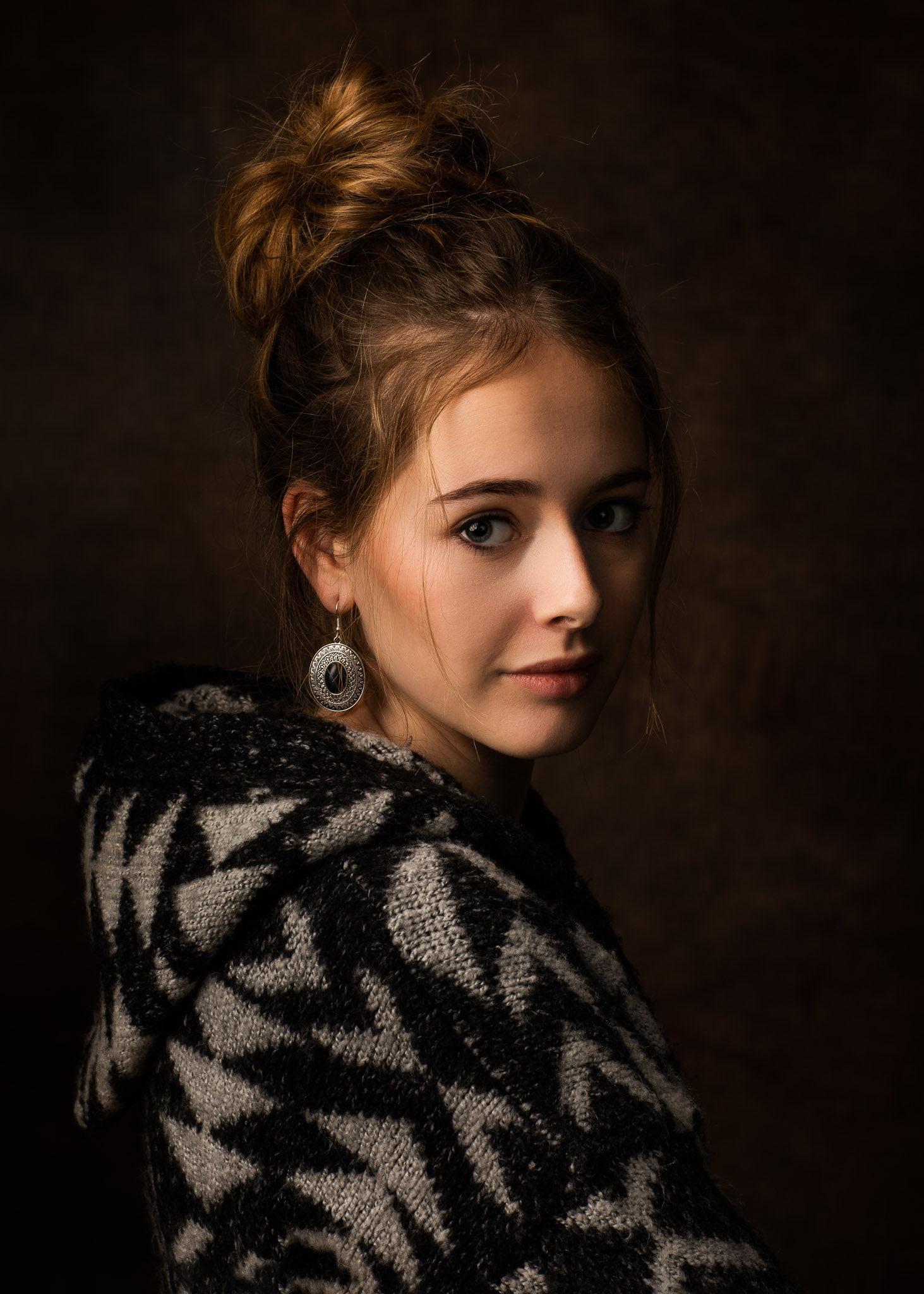 Portfolio, Portrait einer jungen Frau, im Studio, Farbe Portraits Ernst Merkhofer , Fotograf, Portraitfotograf,Frau blickt in Kamera, Frauenportrait, Portrait, Portraits, junge Frau, Gesicht, über die Schulter blickend, Rembrand Stil , Erinnerung an Vermeer,