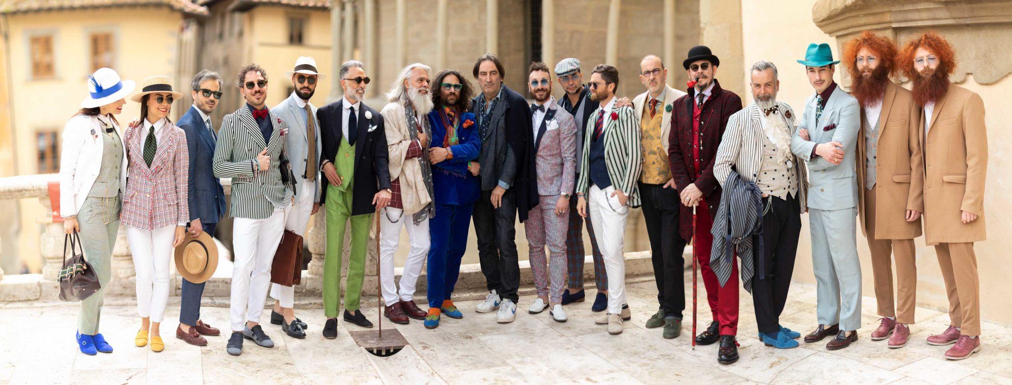 Gruppe von sehr modisch gekleideten Menschen. Dandy Style, bei den Dandy Days in Arezzo Italien, auf der Terrasse an der Piazza Grande, Portraits, Potrait, Gruppen Portrait, Ernst Merkhofer, Portraitfotograf Photographer, Fashion, Portfolio.