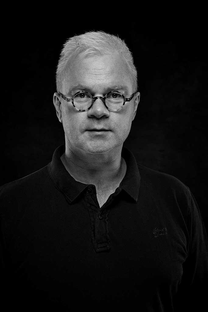 Selbstportrait Ernst Merkhofer Schwarz-Weiß, 1 Tagesbart, frontal, Dramalicht-Set,