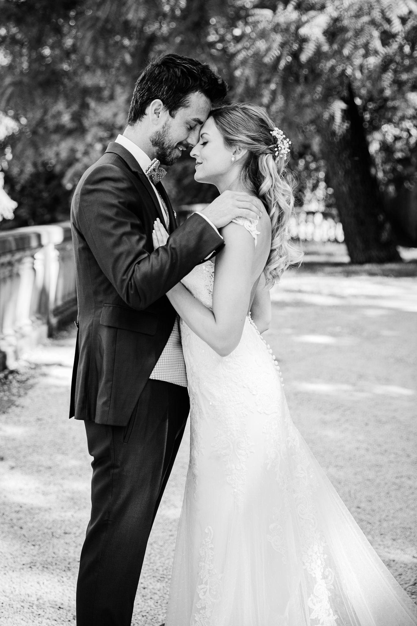Brautpaar umarmt sich und steht eng zusammen. Bereit zum Kuss. After Wedding Shoot in Heidelberg.