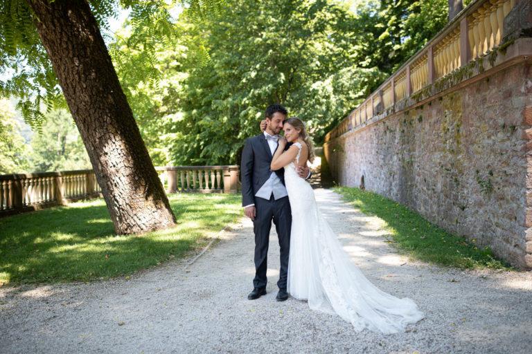 Braut schmiegt sich an den Bräutigam beim After Wedding Shoot im Heidelberger Schlosspark.