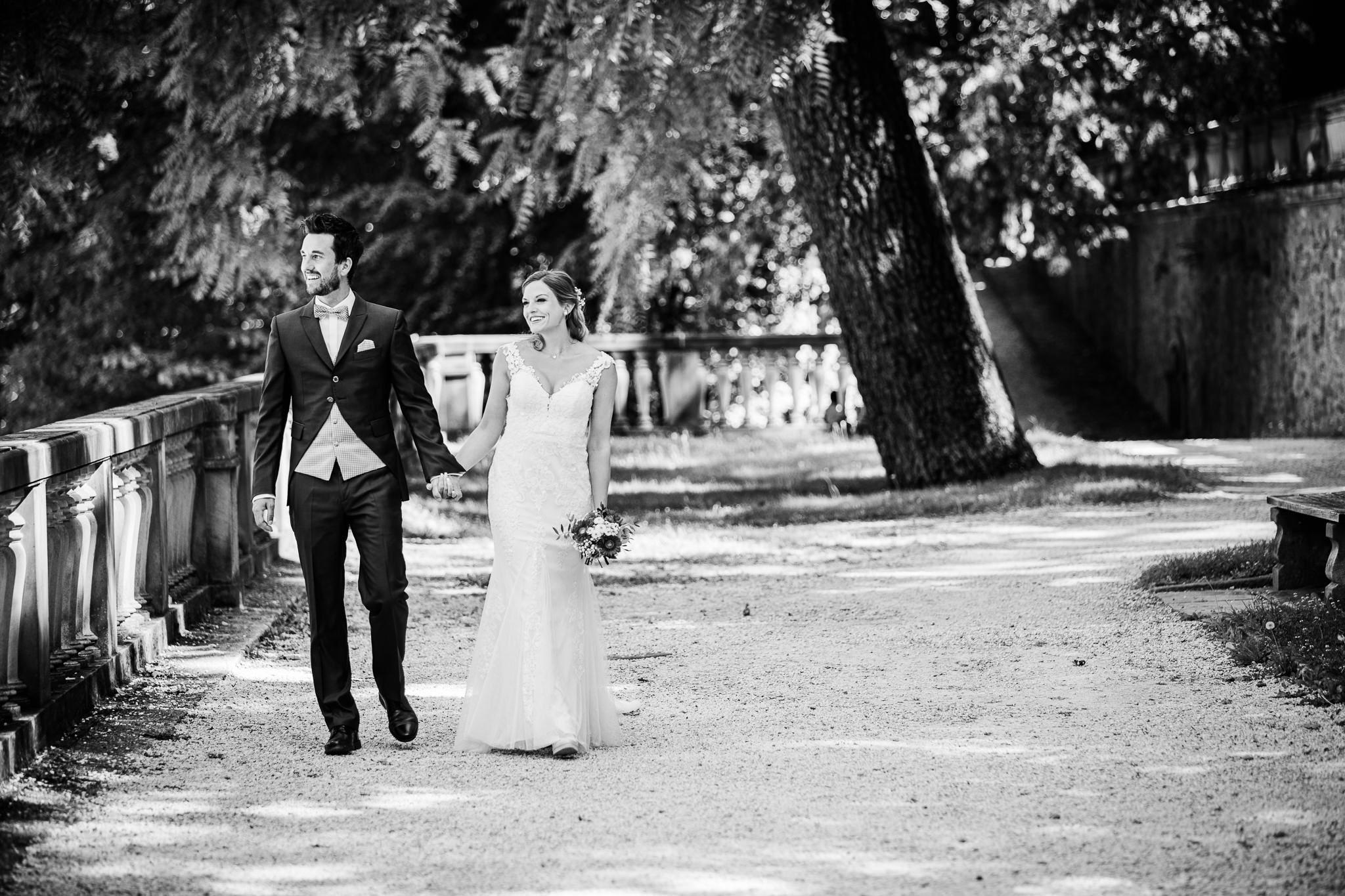 Saziergang eines Brautpaares im Schlossgarten von Heidelberg, After Wedding Shoot.