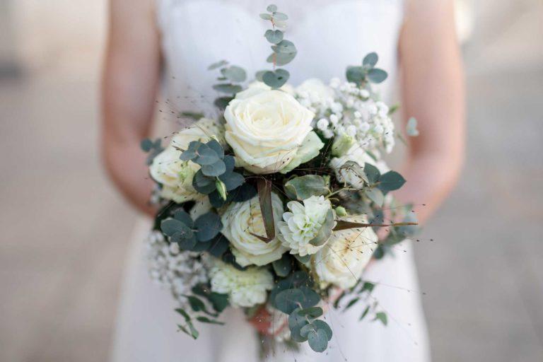 Brautstrauß in den Händen der Braut, Brautstäuße, weiße Rosen, Hochzeiten.Brautstrauß, Brautstrauss, Brautsträuße, Brautstraeusse, Ernst Merkhofer, Hochzeitsfotograf, Portraitfotograf, Fotograf, Hochzeiten, Hochzeit, wedding, Wedding, Bridal Bouquet
