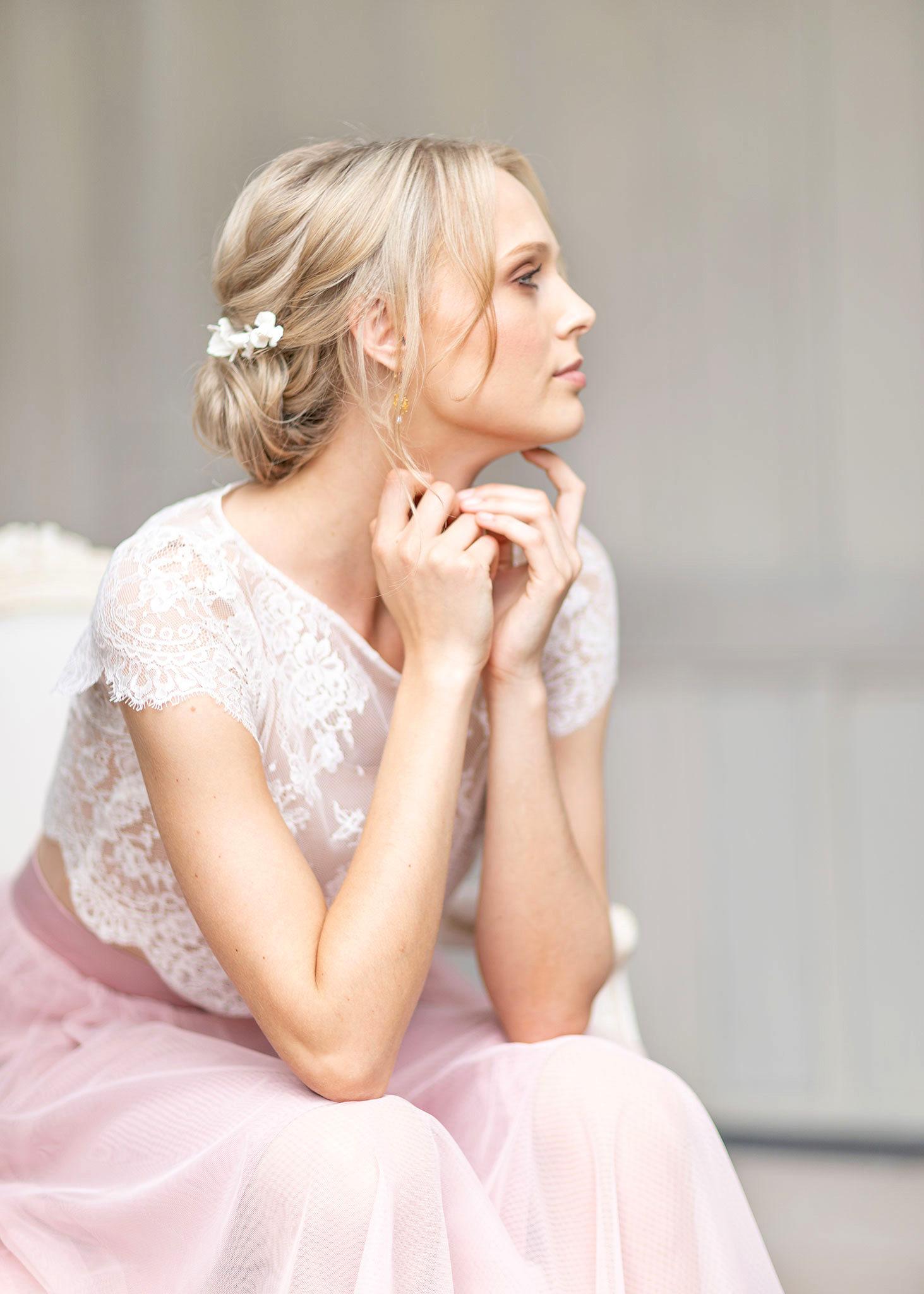 Portrait einer jungen, sehr eleganten Frau. Blick in die Kamera, toller Haarschmuck, Top aus Spitze, Brautstyle, stylisch, verträumt, romantisch, zeitlos, Portraits, Portraitfotograf Ernst Merkhofer